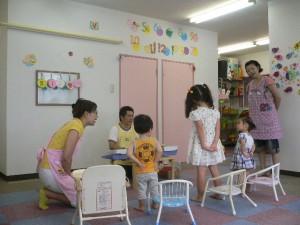一生懸命歌を歌っている子供たち