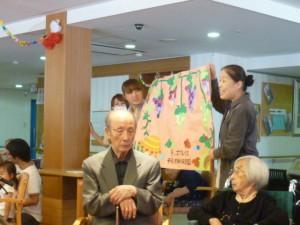 平尾園から子供たちが制作したポスターをプレゼントしました。