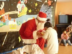 サンタさんからプレゼントをもらって嬉しそうです。