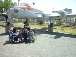 飛行機模型の前で